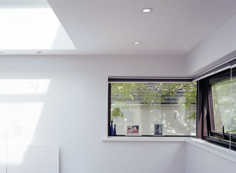 Bedroom with corner glazing.15/18