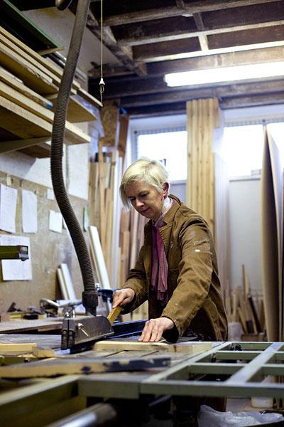 Studiomama working the saw.20/36