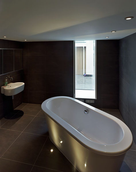 Private residence in Kingston-upon-Thames by Coup De Ville Architects: the bathroom.44/65