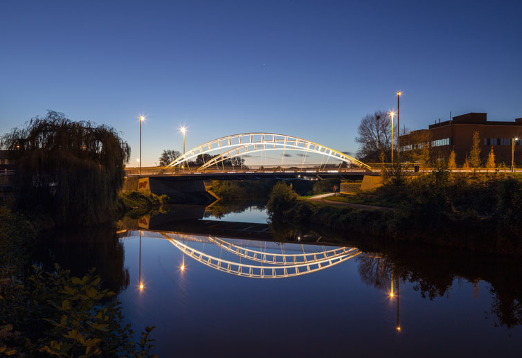 Pedestrian and Road Bridge in Taunton by Moxon Architects. 04 of 20