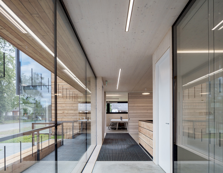 Corridor featuring large glazed windows and partitions, 11 of 16.