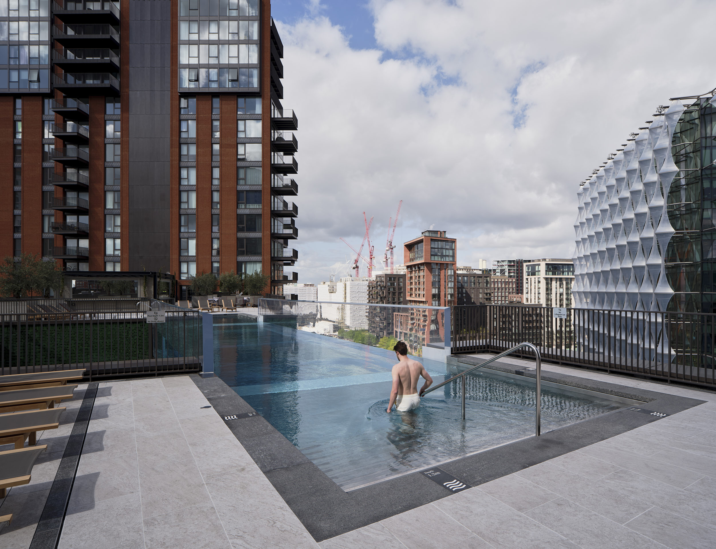 View of the pool from the poolside showing the stunning London context.