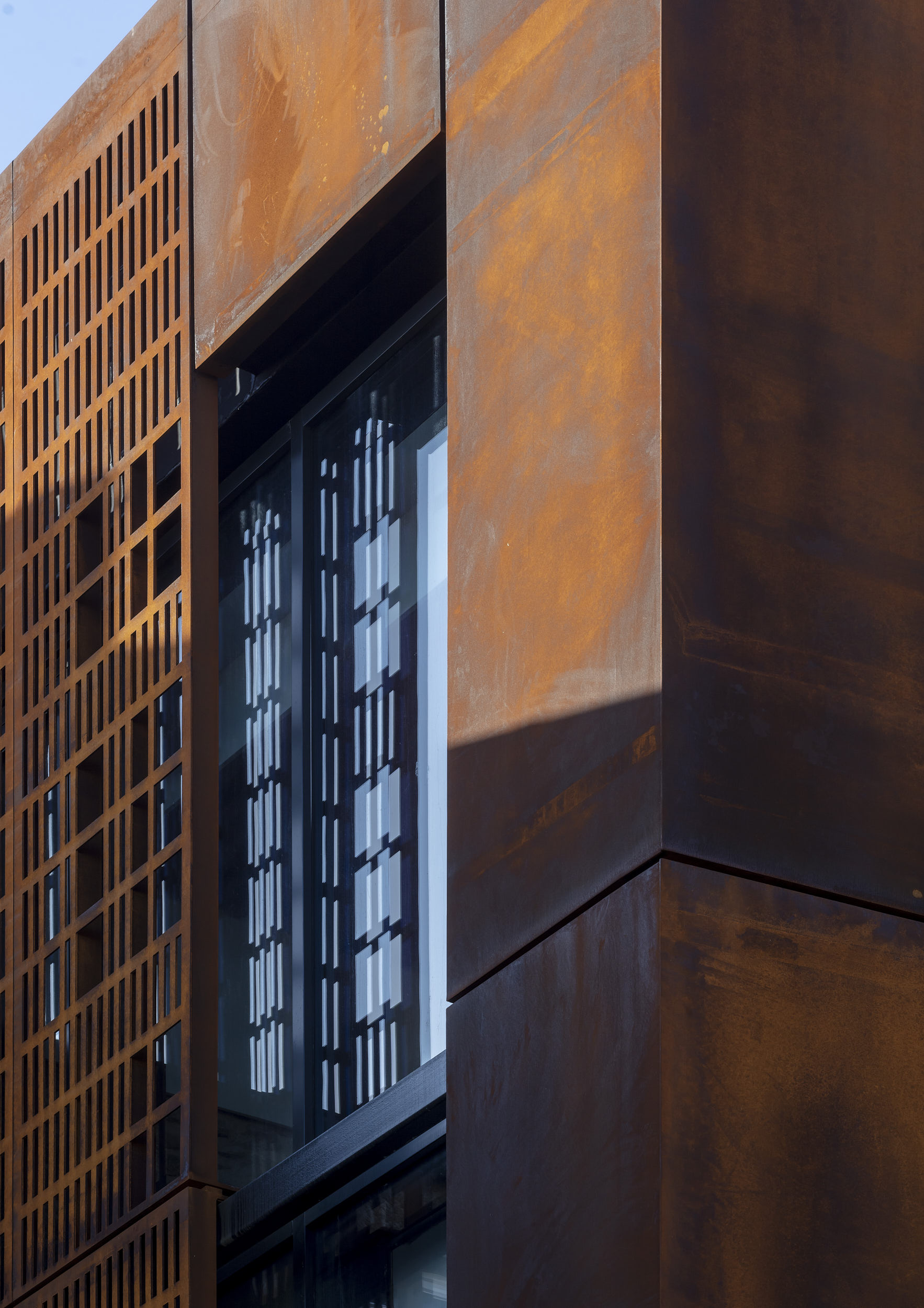 Cor-ten steel corner detail showing interface with the cladding and glazing system.